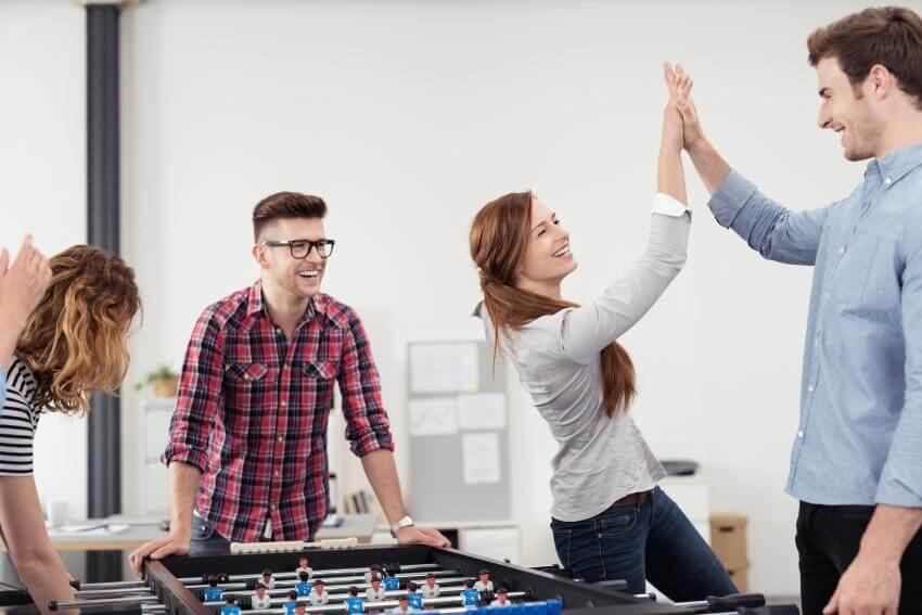 Teambuildingy – indoor/outdoor  Každá skupina – pracovnú nevynímajúc – prechádza rôznymi štádiami vývoja a má svoju dy...