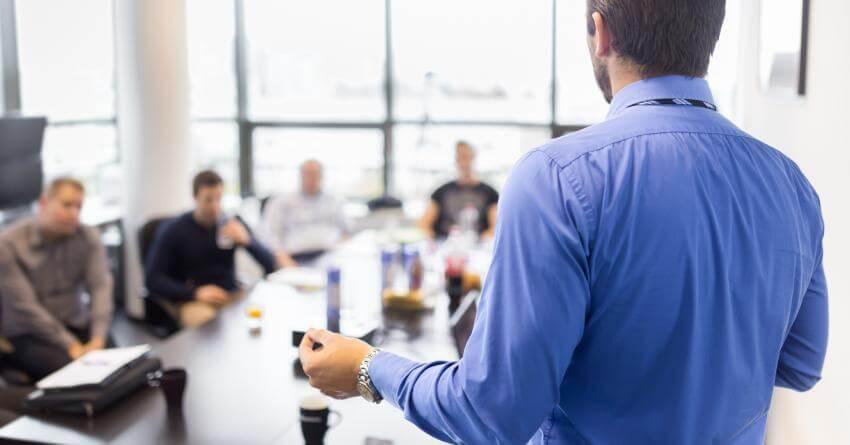 Efektívne vedenie meetingov a porád  Cieľovou skupinou tréningového modulu sú vedúci a riadiaci pracovníci, tímoví líd...